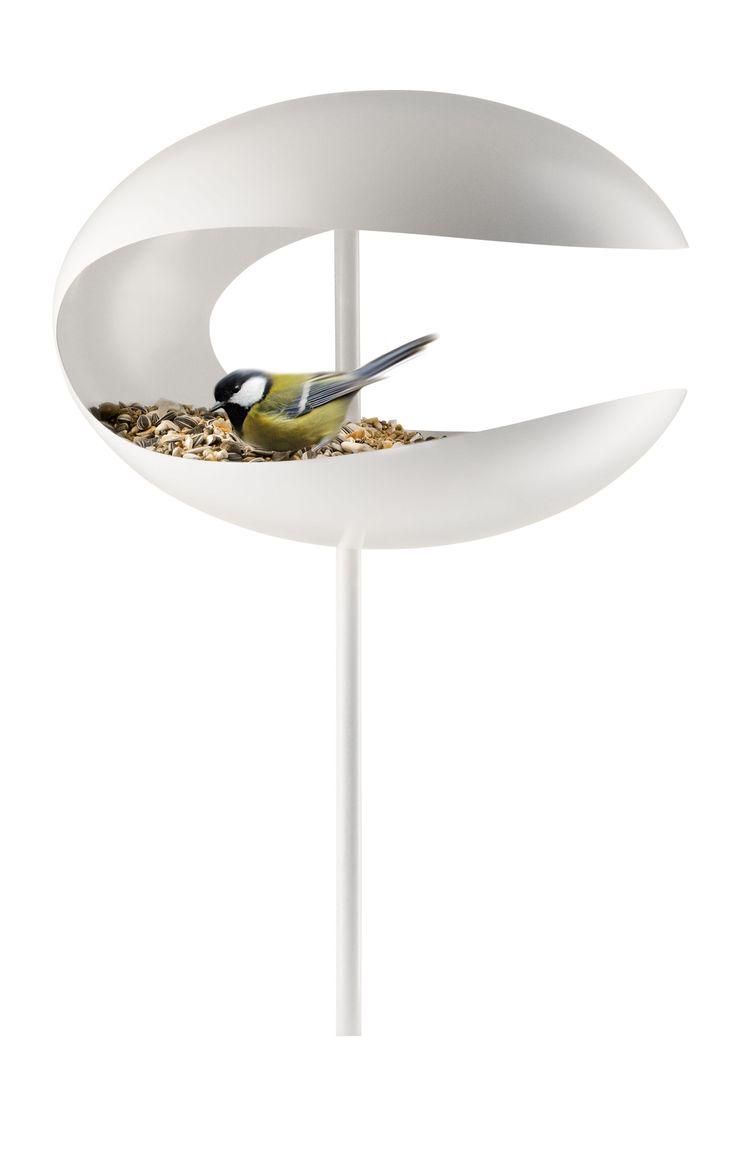 De vogelvoedertafel van Eva Solo is een stijlvolle accessoire voor in de tuin. Vogels kunnen beschut van hun maaltje genieten dankzij het dakje. Dit design item is zo ontworpen dan vogels er graag komen en wij ze kunnen zien wanneer ze eten.