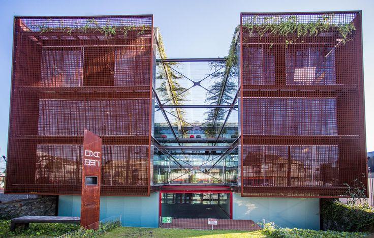 Construído pelo io arquitetura na Curitiba, Brazil na data 2011. Imagens do Silvio Aurichio. Oxi é um edifício de escritórios de projetos, localizado no alto da RuaJerônimo Dursky na cidade de Curitiba, o terr...