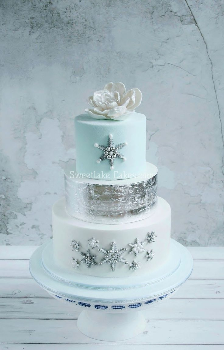 Winter bruidstaart met eetbaar zilver blad / Silver leaf winter wonder wedding cake