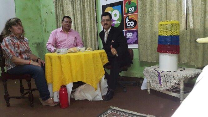 Desayunando con Omar Hernández y mi hermana Celmira Aristazábal.