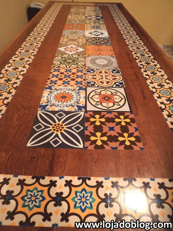 Mesa customizada com adesivos azulejos