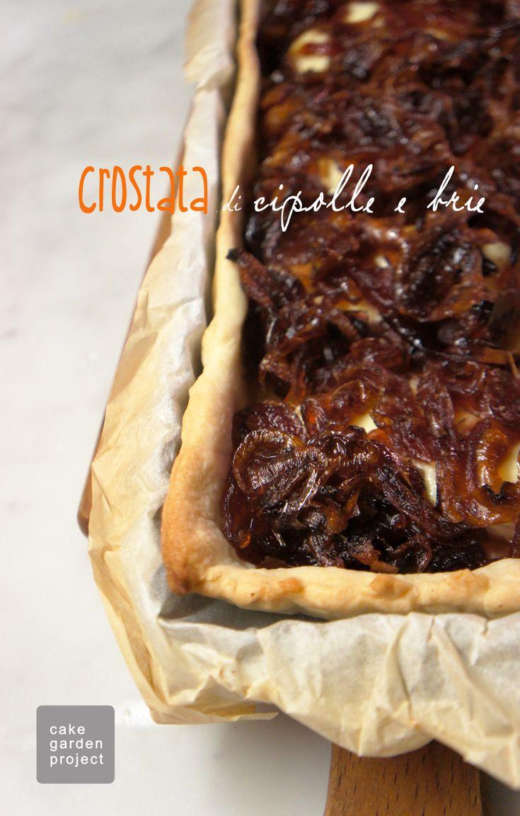Una crostata salata con cipolle rosse di Tropea e brie adatta per un'aperitivo