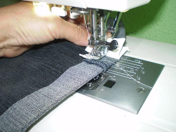 Quizas ya lo sepais, pero una amiga me pidio que le explicara como coser   los bajos de los vaqueros sin problemas... cuando vamos cosiendo ...