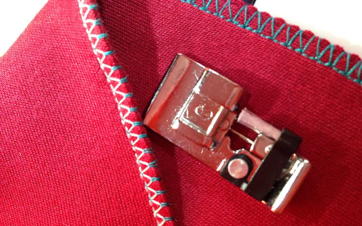 Как шить трикотаж на швейной машинке: 5 способов ЕСЛИ ВСЁ ЖЕ ЕСТЬ НЕОБХОДИМОСТЬ ОБРАБОТАТЬ ОТКРЫТЫЕ СРЕЗЫ, ВОСПОЛЬЗУЙТЕСЬ СТРОЧКОЙ, КОТОРАЯ ИМИТИРУЕТ ОВЕРЛОЧНЫЙ ШОВ.