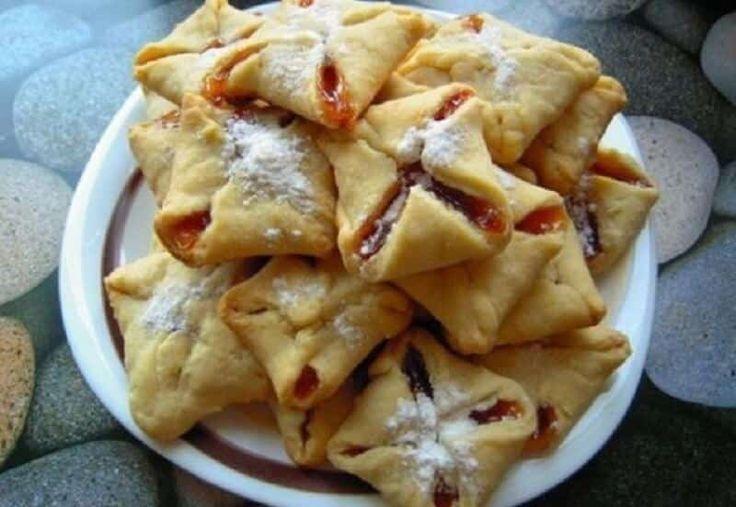 Печенье за 10 минут!Ингредиенты:— 200г масла— 200г муки— 6 ст. ложек густой сметаны— щепотка соли— любое повидло или джем, густой— сахарная пудраПриготовление:В мяг