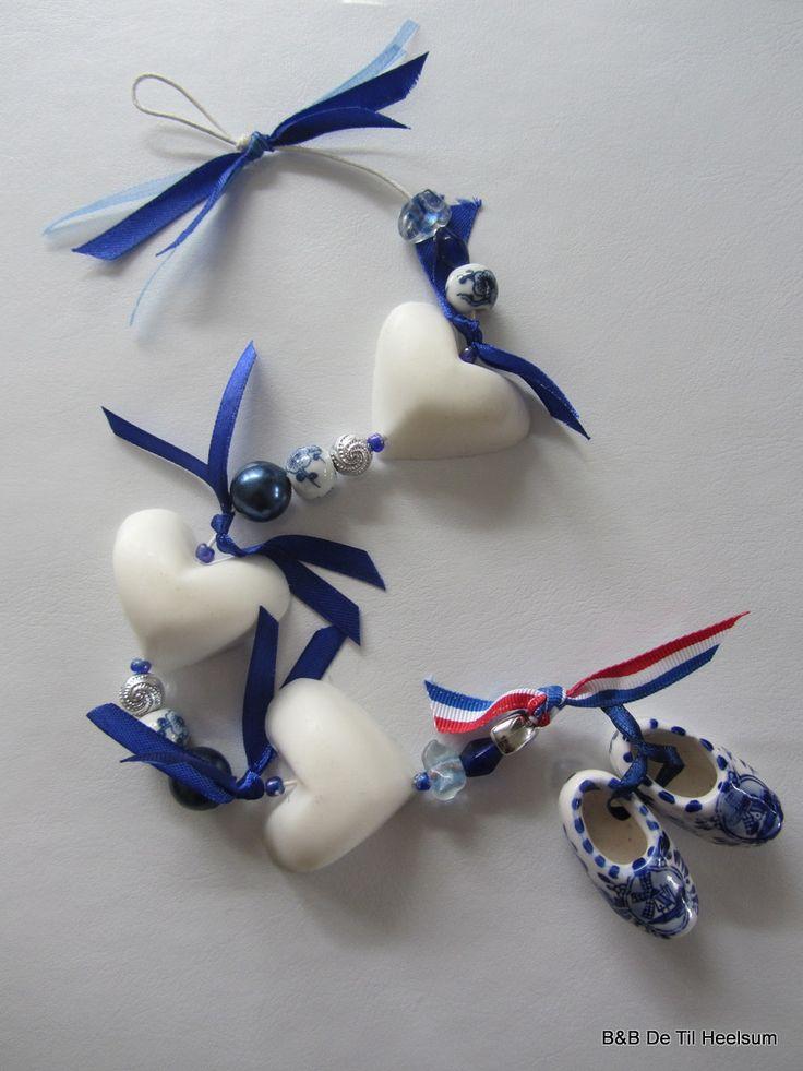 """Grotere zeepkettingen kunnen worden gekocht als kadootje voor de thuisbijvers. A """"Dutch Delft Blue""""  soap chain"""
