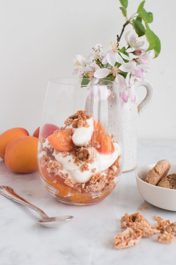Denne trifli er en sand sommerdessert med bagte abrikoser, hjemmelavede makroner og flødeskum lavet af Frisk Dansk Piskefløde 38% fra Karolines Køkken.