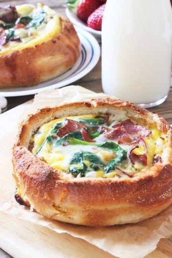 ホウレンソウとベーコンを卵液で流し入れて焼く、キッシュのような一品です。  材料:ロールパン4個、七面鳥のベーコンスライス6枚、エシャロットみじん切り大さじ1、ホウレンソウ1/4カップ、卵8個、塩コショウそれぞれ小さじ1/4  作り方:①180度にオーブンを予熱しておきます。②パンの上部を切り取り、中身をくり抜きます。③ベーコンをフライパンでカリカリになるまで焼きます。エシャロット、ホウレンソウを加え、塩、コショウで味を調え、ホウレンソウの葉がくたっとするまで約1分煮てから冷ましておきます。④卵を溶きほぐし、③を混ぜパンの中に流し入れます。⑤オーブンで20~25分、卵が固まるまで焼きます。