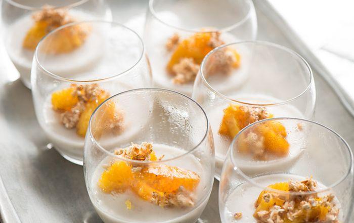 Recept: Panna cotta van kokos met appeltjes van oranje | Eet Puur