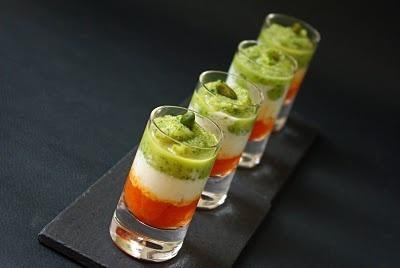 Bicchierini con crema di peperoni rossi, yogurth al basilico e zucchine