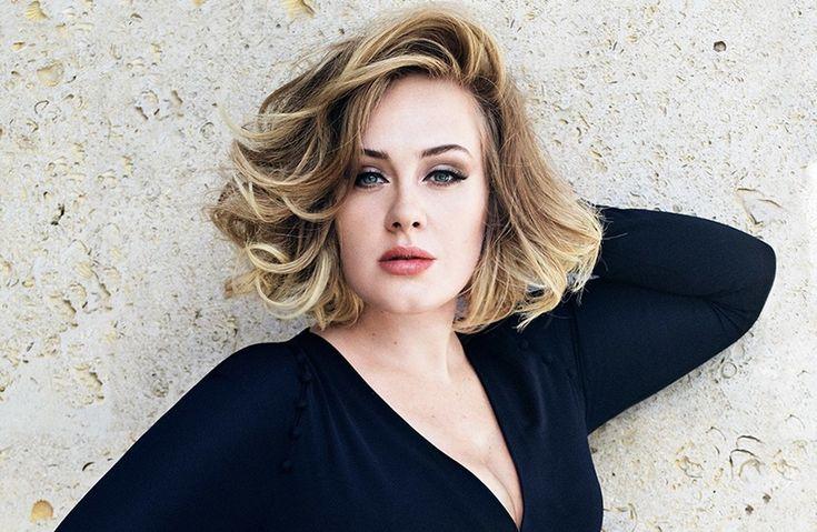 """A Adele estampa a capa da revista americana Vanity Fair deste mês,clicada pelo fotógrafo Tom Munro. Ela concedeu uma entrevista bastante íntima à publicação. *Adele recebe chuva de papel picado com mensagens de amor pra comemorar 5 anos de namoro *Adele esclarece brincadeira com término de Brangelina: """"Eu não me importo"""" A cantora falou sobre …"""