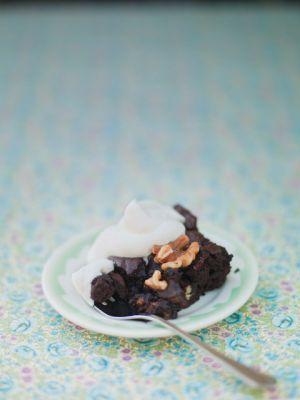 Den här chokladiga och mjölkfria brownien är helt galet god! Det ultimata bakverket för glutenintoleranta gäster. Servera med lite lättvispad grädde.