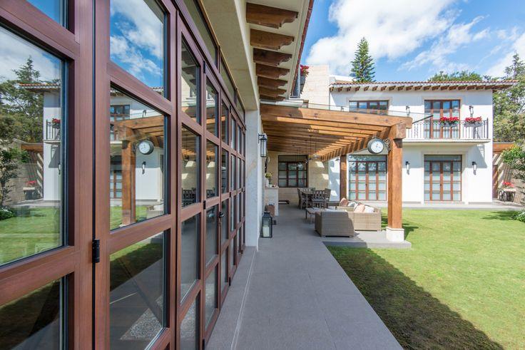 Puerta plegable cerrada, con vista exterior en aluminio e interior en madera #ventana #ventanademadera #madera #multivi #puertademadera #puerta #cancel #terraza #hechoenmexico #puertas mexicanas