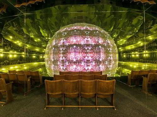 Zrcadlový labyrint a kaleidoskopické kino v centru Prahy