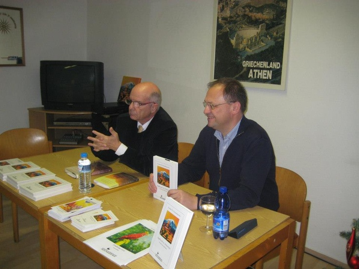 Autor L. Chrysanthopoulos und Verleger Sewastos Sampsounis auf der Lesung am 21. Dezember 2012 bei der Griechischen Gemeinde in Frankfurt.