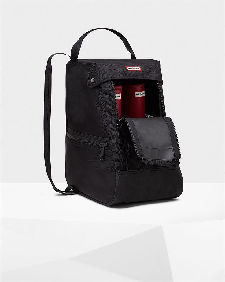 丈夫なナイロン製のショートブーツバッグです。HUNTERのショートブーツを持ってお出かけする際に便利なアイテム。レインブーツの出し入れがしやすいダブルジップを配し、サイドのポケットとメッシュパネルを特徴としています。バッグのトップ部のハンドルと調整可能なショルダーストラップで、ブーツを容易にオシャレに持ち出せます。・ポリエステル100%・ハンターオリジナルパッケージ・ハンターブーツを入れるキャリーバッグとしてご使用ください。・ブーツの出し入れがしやすいワイドダブルジップ付き・トップ部にもハンドルグラッブ付き・サイドには便利なポケットを配している・サイドにはメッシュ加工素材・ナイロン製の耐水仕様