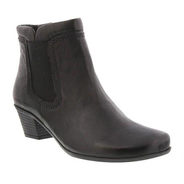 Sort støvle med glat skinds ankel kant. Bred juster-bare elastik i siden og mørk gummisål samt gummi hæl på 4 cm. Skaftelængde 13 cm. Microfiber foer.