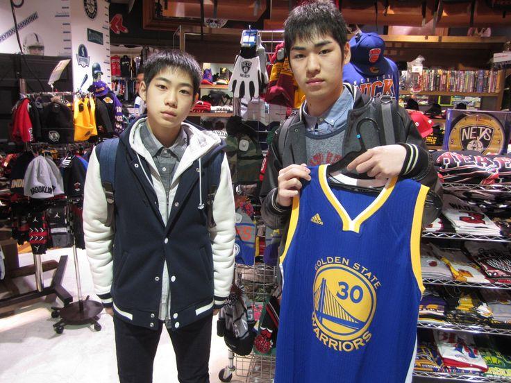 【大阪店】2014.12.23 北海道からご旅行で当店に寄って頂きましたよ~^^ありがとうございます!!バスケをやられているそうです^^またユニバに来るときや大阪に来る機会があれば寄ってくださいね!!