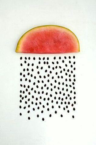 Watermeloen kunst. Dit vind ik een erg leuke afbeelding. De watermeloen is gesplitst in 2 delen.