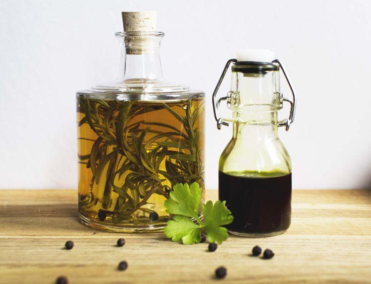 Lag din egen olje og eddik med friske eller tørkede urter.