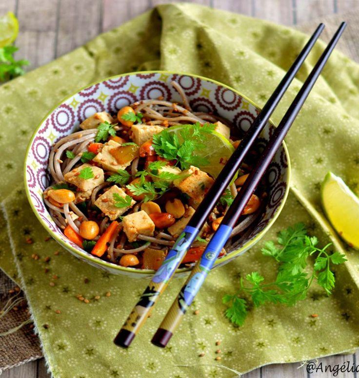 Assiette de nouilles soba au tofu mariné, carottes et cacahuètes - les meilleures recettes de cuisine d'Ôdélices