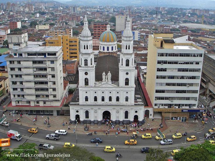 La Catedral de la Sagrada Familia desde un excelente ángulo. Gracias Laura Olejua @lauraolejua http://www.flickr.com/lauraolejua por esta espectacular foto.