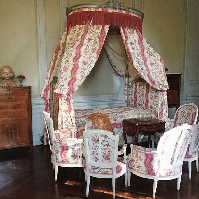 { Coup de cœur pour ce lit à la polonaise que nous pouvons contempler dans la chambre de Marie Aurore Dupin de Francueil...