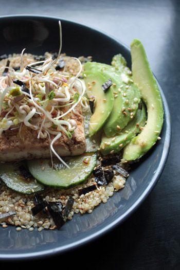 Bol de quinoa au tofu, avocat et concombre, sauce sésame-gingembre - La Table Verte #vegetarien