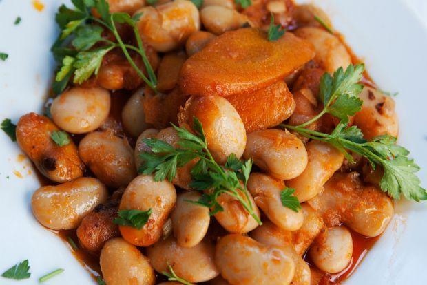 Φασόλια γίγαντες πλακί Στο παλιό αθηναϊκό μαγειρείο του Μαρτίνη, στα Πατήσια, δοκιμάσαμε γίγαντες πλακί σε μια από τις πιο απλές, καλομαγειρεμένες και πεντανόστιμες εκδοχές, και ζητήσαμε αμέσως τη συνταγή από τον σεφ Βασίλη Σπανογιάννη που τα μαγειρεύει καθημερινά εδώ και σαράντα χρόνια ανελλιπώς.