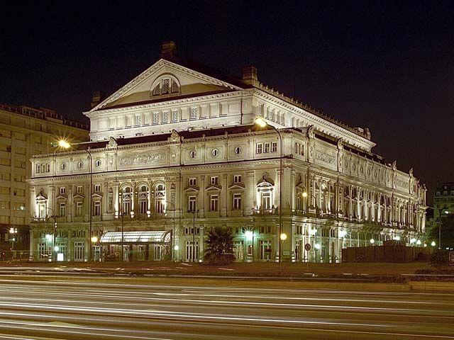 Vista del Teatro Colón de noche.