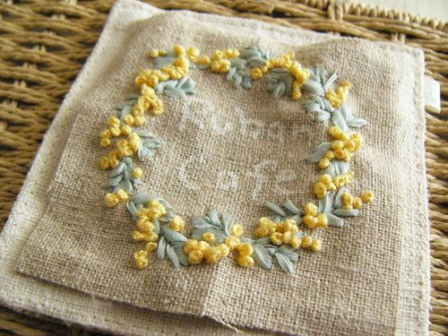 春になったら絶対、刺繍しようと思っていた ミモザのリース。。。。。 葉っぱは、少しくすんだ優しい緑色の リボン刺繍用...