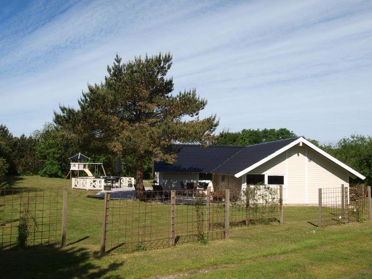 Roligt beliggende feriehus med masser af udendørs aktiviteter for børn og barnlige sjæle. Grundstykket er omkranset af fyrretræer, så man altid kan finde læ og ellers består grunden af græsareal, der indbyder til boldspil af enhver art. Huset er i 2012 totalrenoveret og fremstår meget velholdt. Huset er udstyret med en dejlig stor terrasse med grill.