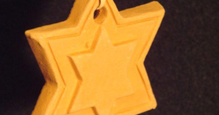Acerca de la importancia de la estrella de David durante el holocausto. Durante la Segunda Guerra Mundial, los judíos fueron marcados con una estrella de David amarilla como símbolo de odio y escarnio. En la actualidad, debido a lo que la gente judía sufrió durante el holocausto, se convirtió en un símbolo de nacionalismo y orgullo.