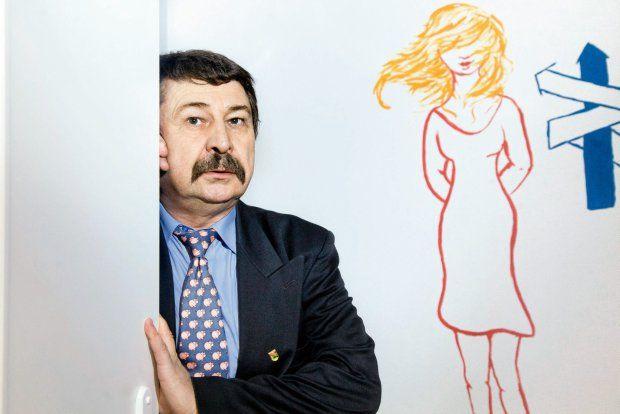 Kazik Walijewski - współzałożyciel inicjatywy Mężczyźni przeciw Przemocy wobec Kobiet, policjant, od wielu lat zajmuje się wspieraniem ofiar przemocy, prowadził forum Niebieskiej Linii. Więcej: http://www.wysokieobcasy.pl/wysokie-obcasy/1,96856,15459770,Koniec_przemocy_wobec_kobiet_.html