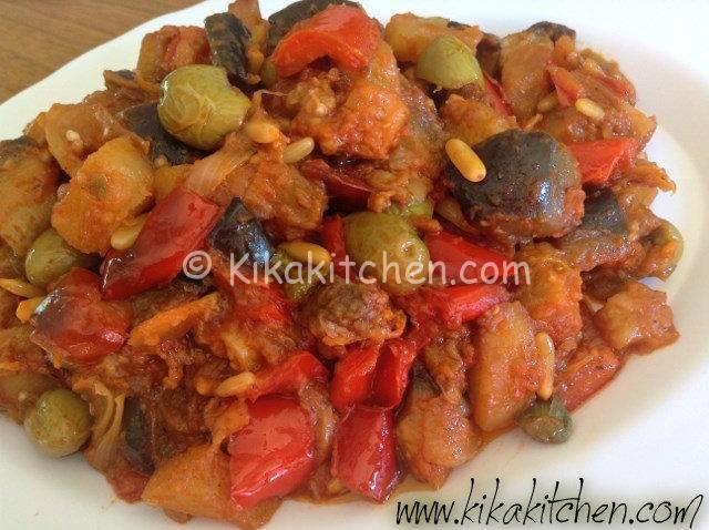 La caponata con peperoni è la variante catanese della classica caponata di melanzane, con aggiunta di peperoni rossi o gialli, patate e oliv...