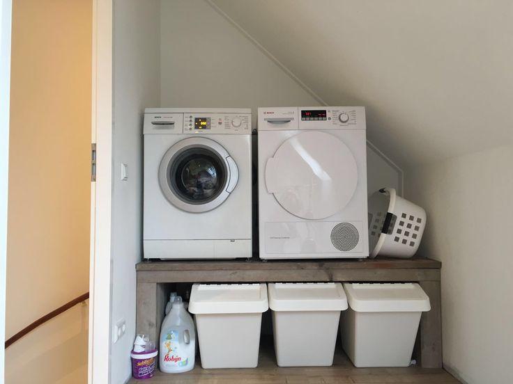 Onze mooie wasmachine en droger verhoging met Ikea wasmanden eronder.