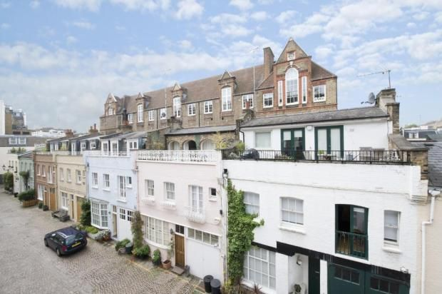 A due passi dai servizi locali di Old Brompton Road, questa casa d'epoca occupa tre piani, con un ampio garage, camera da letto e un ripostiglio al piano terra.