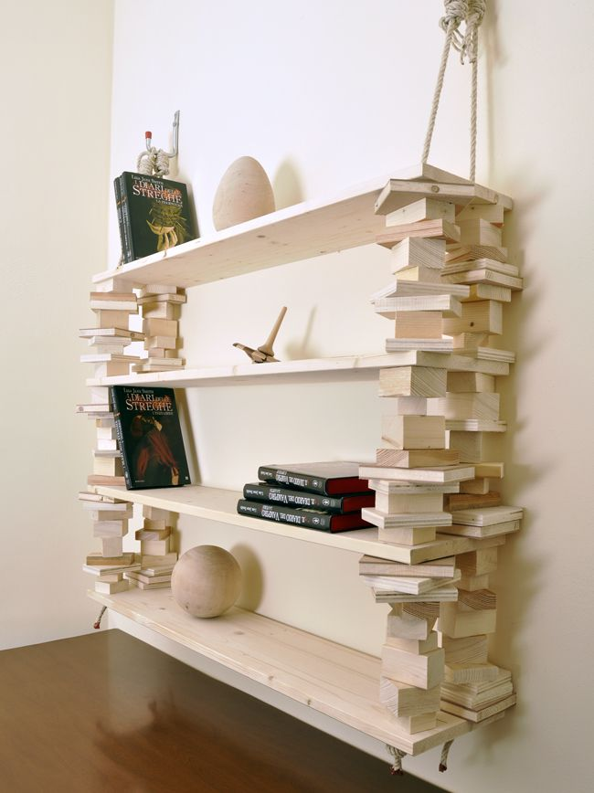 Costruiamo una rustica scaffalatura-libreria appesa fai da te i cui ripiani sono realizzati con tavole di legno d'abete (da centri bricolage)