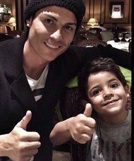 Cristiano Ronaldo pose avec Cristiano Ronaldo Junior - http://www.actusports.fr/124480/cristiano-ronaldo-pose-cristiano-ronaldo-junior/