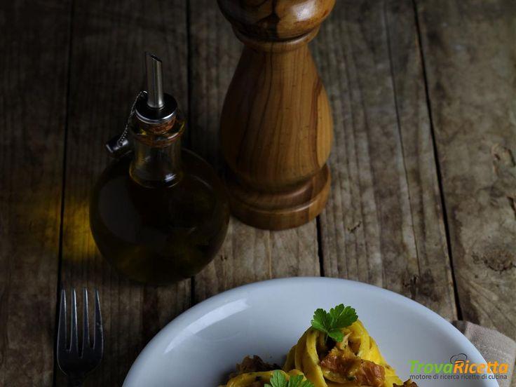 TAGLIATELLE CON CREMA DI ZUCCA, SALSICCIA E FINFERLI  #ricette #food #recipes