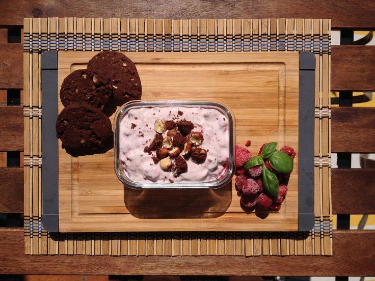 Svěží malinový dezert s čokoládovo-oříškovými cookies - vegetariánský recept
