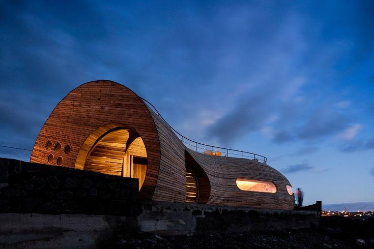 Αυτό το πολύ ενδιαφέρον Αρχιτεκτονικά μπαρ-εστιατόριο στις Αζόρες αποτελείται από δύο κτήρια, έναν ανακαινισμένο αχυρώνα με τοίχους από ηφαιστειακή λάβα και ένα νέο κτήριο με οργανικό shape.