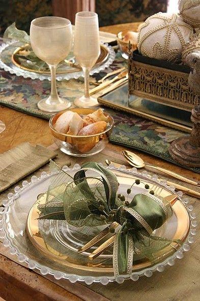 O dourado prevalece na mesa, a começar pelos jogos americanos de xantungue de seda. Para enfeitar os talheres, um laço verde feito à mão