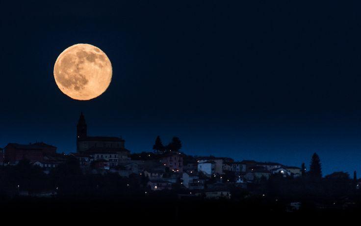 Strawberry Moonrise over Diano d'Alba - Italy | L'alba della Luna di Fragola sopra Diano d'Alba (Cn) - Solstizio d'estate 2016