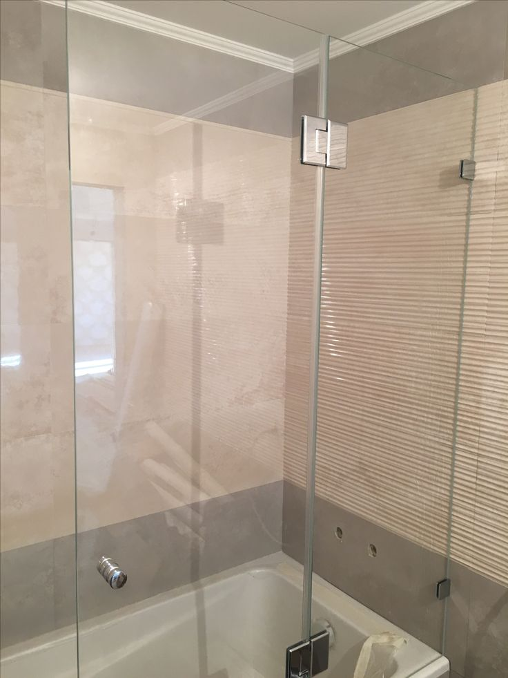 Стеклянная шторка на ванну эконом класса от компании DeHaus. Производство по индивидуальным размерам в течение 2 недель.
