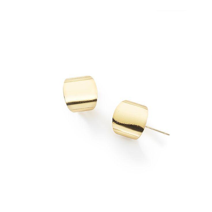 ARRACADA. Sencillos y elegantes estos aretes de poste con su diseño original combinan muy bien con el collar con código 316061. Aretes con cuatro baños de oro de 18 k.