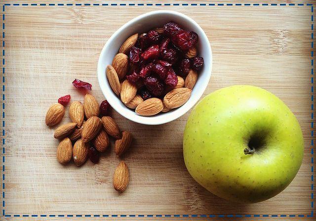 Uwielbiamy musli! Ale róbmy je same - ograniczając ilość cukru i korzystając z pełnoziarnistych płatków oraz orzechów i owoców, dostarczymy organizmowi składników odżywczych bez sztucznych barwników i innych dodatków. #dobrerady #odżywianie