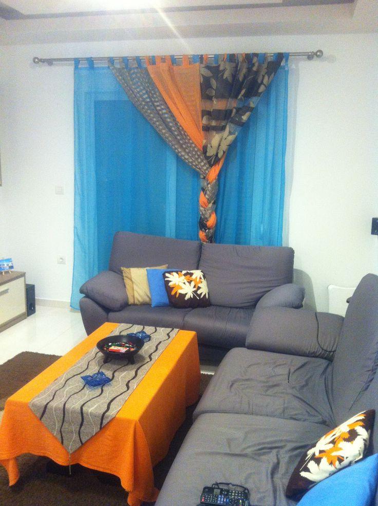 Καλοκαιρινά χρώματα για σαλόνι με κουρτίνα πλεξούδα
