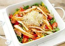 Maaltijdsalade met paprika en gegrilde kip. Snel klaar in 20 minuten. Heerlijk voor een zomerse dag.