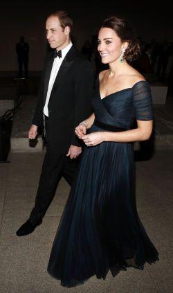 STJAL SHOWET: Alles øyne var rettet mot hertuginne Kate da hun og prins William ankom New Yorks Metropolitan Museum of Art. Foto: NTB Scanpix